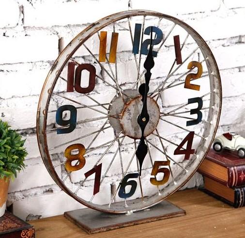 Horloge construite à partir d'une roue de vélo