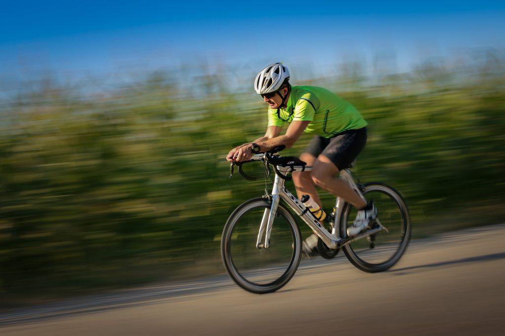 Homme qui descend une pente à vélo !