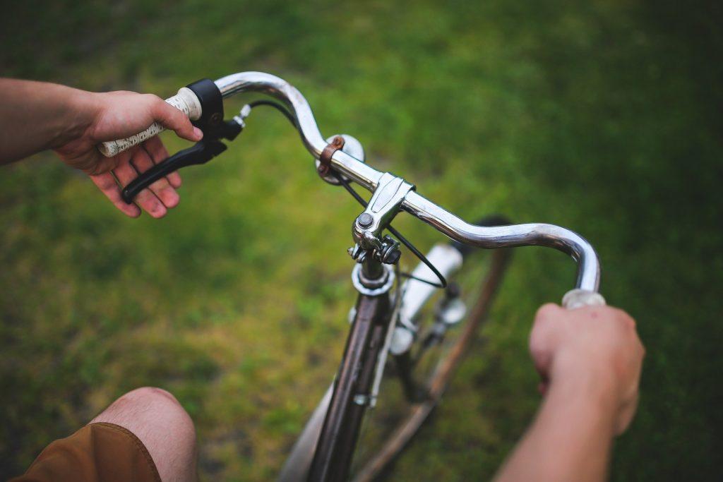 Le guidon sert à orienter la roue avant du vélo.